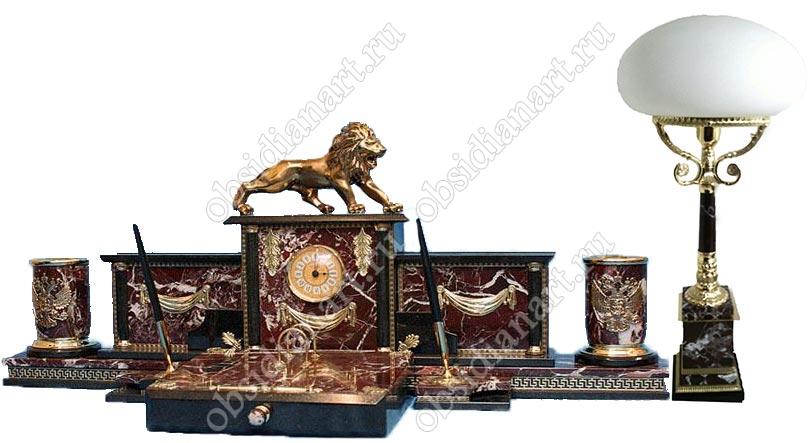 Каменный набор «Царь зверей» из красной яшмы с настольной лампой