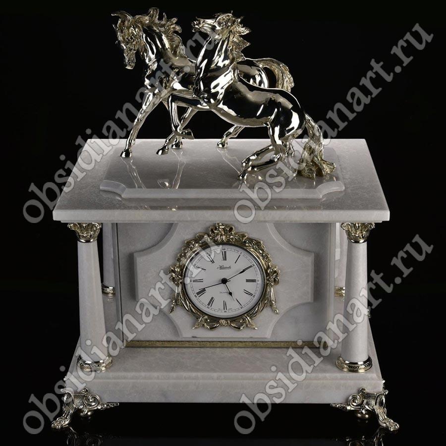 Мраморные часы с сейфом и бронзовыми конями, посеребрение