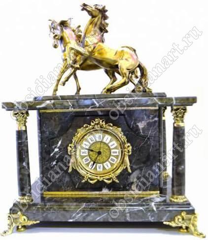 Скрытый сейф «Кони», встроенный в часы из серого мрамора