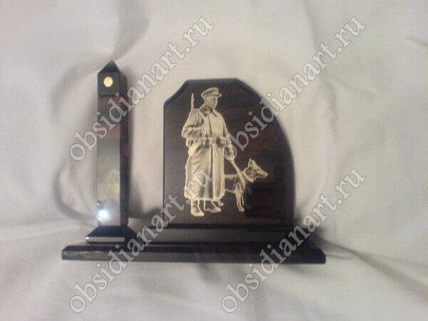 Сувенир «Пограничник» из полудрагоценного камня обсидиан