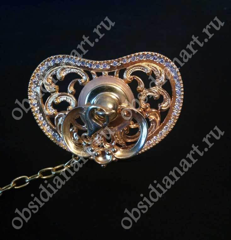 Серебряная пустышка с цепочкой и зажимом, с камнями циркон. Позолота. Подарок новорожденному