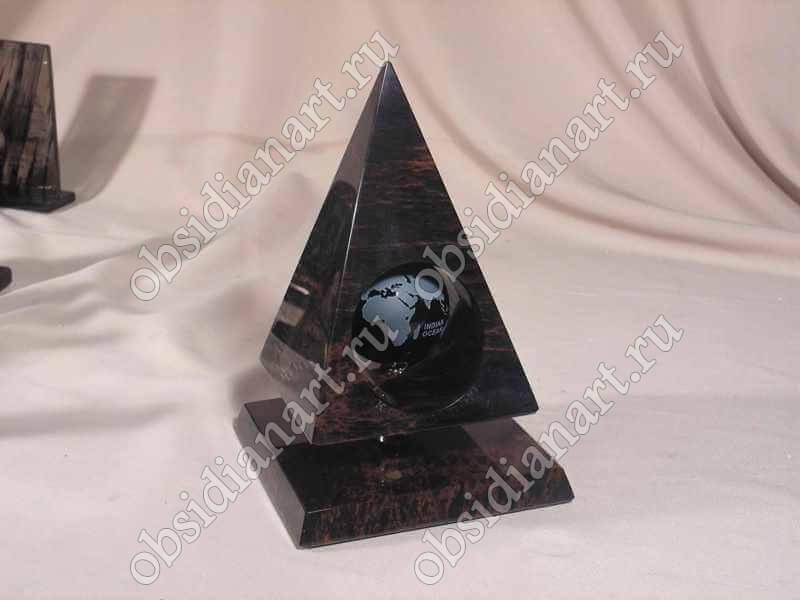 Сувениры в форме пирамиды из полудрагоценного камня обсидиан