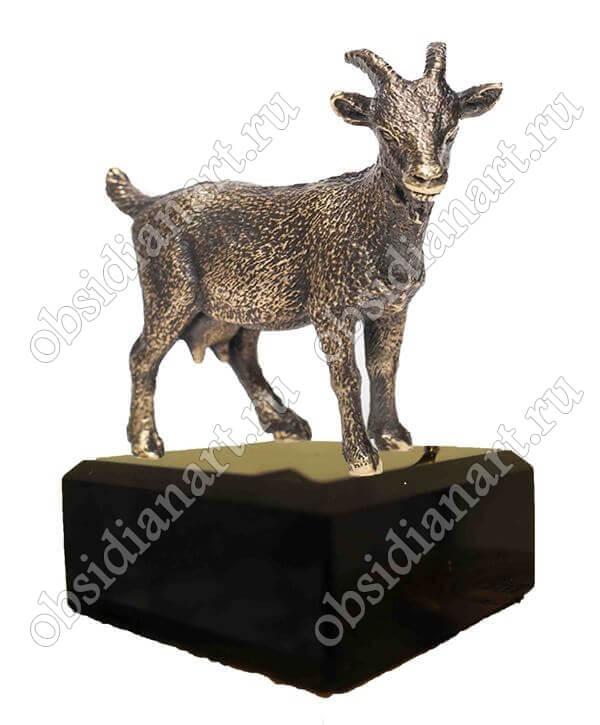 Бронзовая коза (овца) на подиуме из обсидиана, символ года (оптом и в розницу)